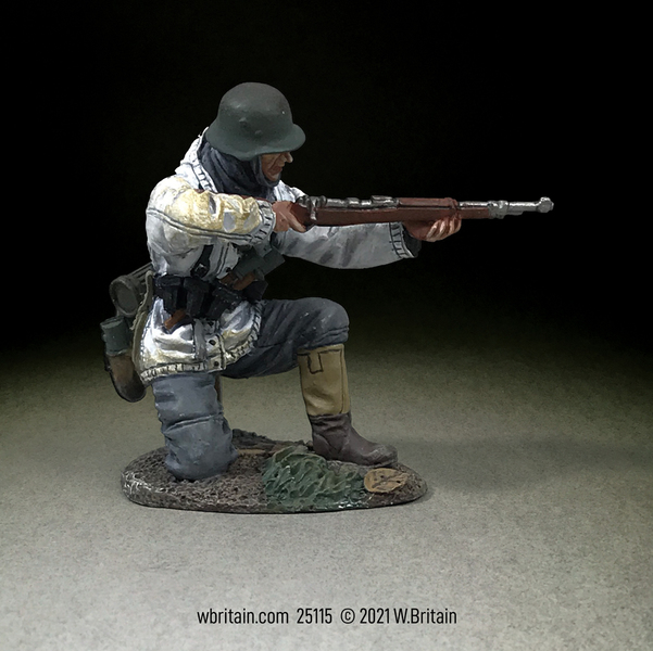 25115 - German Grenadier Kneeling in White Parka, Firing K98, 1943-45