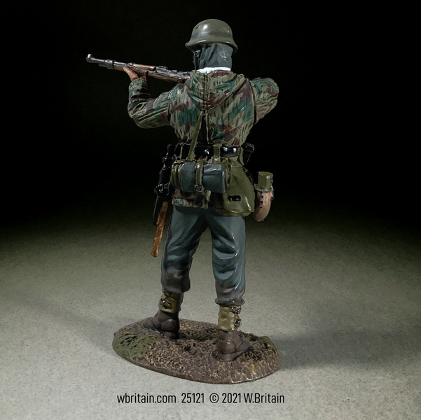 25121 - German Grenadier in Parka Standing Firing K98, 1943-45