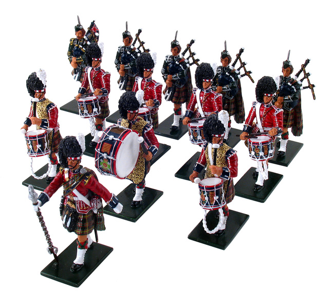 48004 - The Pipes and Drums of 1st Bn. Queen's Own Cameron Highlanders (79th)