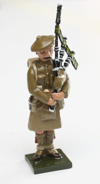 WWI Piper, standing with Tam 'o' Shanta - BTSC-SET68A